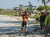 Diego Tamayo y Marlies Mejías se bañan como ganadores de la Titan Tropic Cuba