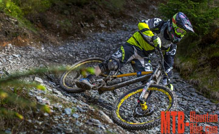 Joe Smith con la Nukeproof Pulse DH 2016